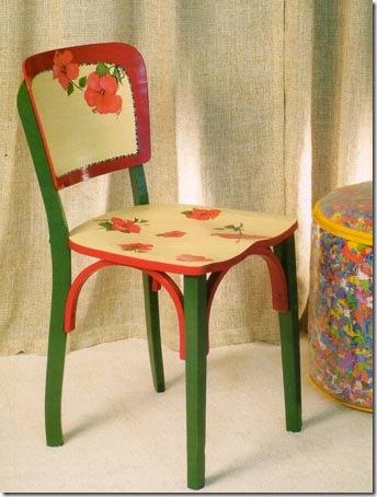Pintura e decoupagem na cadeira antiga dão nova vida ao móvel