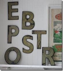 Letras aleatórias compõem a decoração da parede