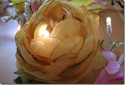 Decorando a mesa com flores de tecido e luzes