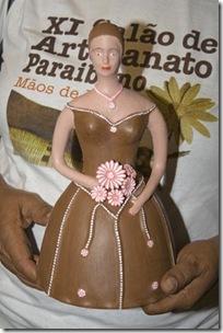 Maria José apresenta seu novo modelo de noivinha, cheio de flores coloridas