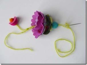 Monte o chaveiro de flor de feltro