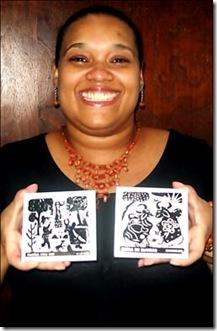 Ana Lúcia Garcia com seus azulejos de xilogravura