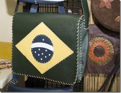 Bolsa tiracolo grande da linha Brasil de Ivânia Barreto