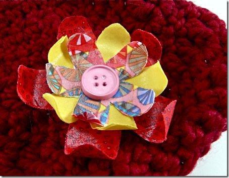 Broche de flor sobre um cachecol de lã