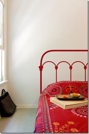 Adesivo de parede faz as vezes de cabeceira de cama