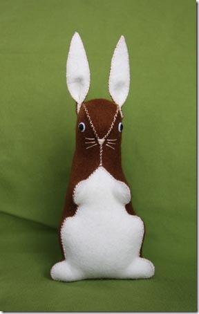 Um coelho de feltro super fofo para a cesta de páscoa