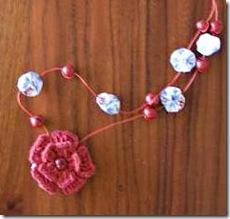 Colar de flores de fuxico de Monica Smith