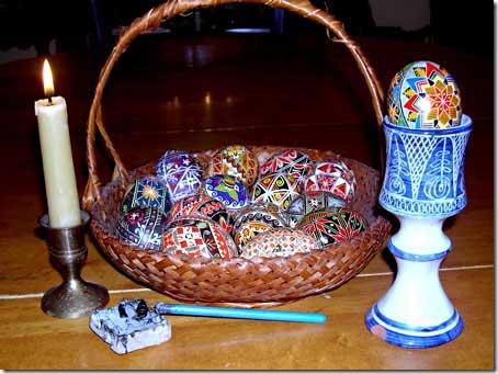 Material para pintar os ovos, cera, pena e vela