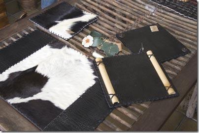 Lindos jogos amercianos, porta-guardanapos e suportes de panela , tudo em couro da Ivânia Barreto