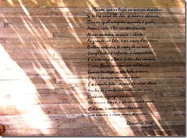 Poema adesivado sobre painel de madeira de demolição