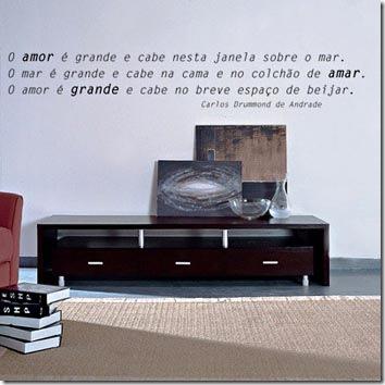 Parede da sala de estar adesivada com poesia de Carlos Drummond