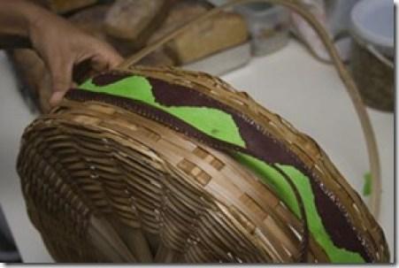 Cole o acabamento na parte de baixo da fita lateral