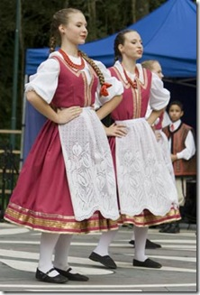 Moças do grupo de dança polonês Wisla