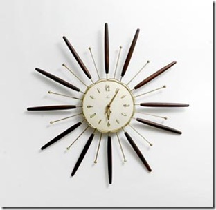 Modelo vintage de relógio que parece um satélite