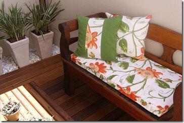Ambiente decorado com almofadas e futon da Almofada & Cia