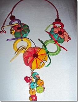 Flores de fuxico com enchimento em colar de Alice Menezes