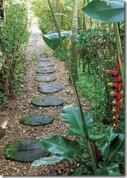 Toras de madeira servem de caminho pra o jardim