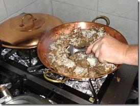 Mexendo a carne com o arroz