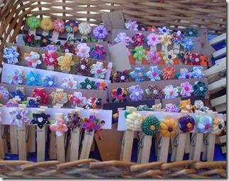 Pregadores decorados com mini flores de fuxico, de Néia Guimarães