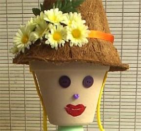 Detalhe do rosto e do chapéu da boneca