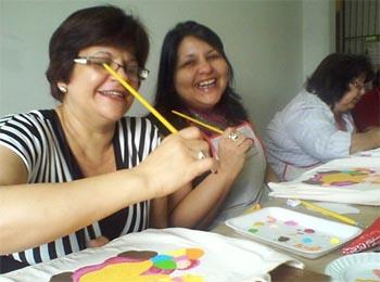 Andrea do Atelier Façarte com uma de suas alunas