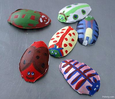 Besouros coloridos feitos de gesso e pintados pelas crianças