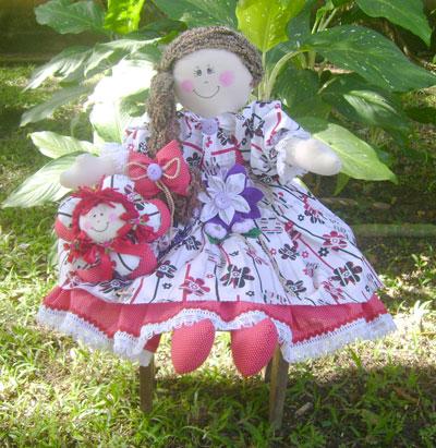 Boneca flor com almofada flor, de Leila Reis