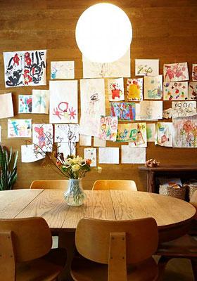 Os desenhos das crianças das tarefas escolares transformados em coleção