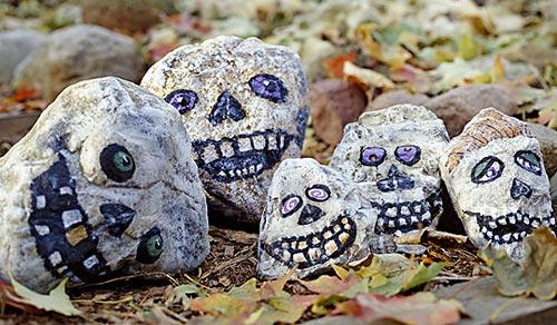 Caveiras de Halloween pintadas em pedras