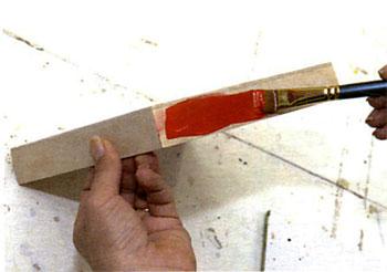 Pinte a lateral da tampa com a tinta vermelha