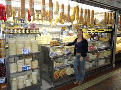 Comprando queijo, doce de leite e goiabada cascão