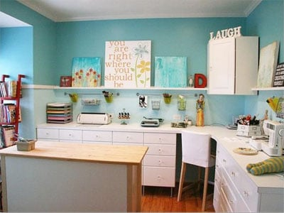 Muitas gavetas organizam os espaços desse atelier/escritório