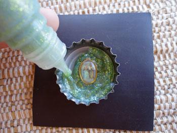 Complete o interior da tampinha com tinta squizz