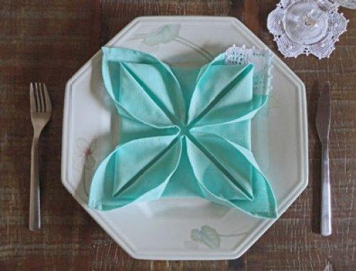 Flor de lótus decorando o prato, e é só o guardanapo