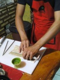 Edilson preparando o sushi