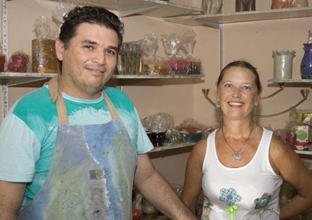 Eduardo Balbino e Cris Turek em papo sobre artesanato no atelier Arte Barro Forte