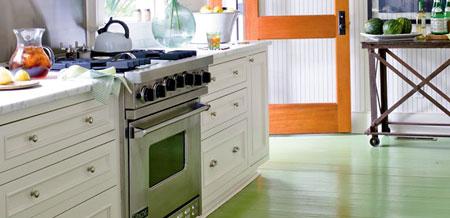Piso de cozinha colorido pintado com tinta de madeira