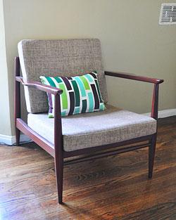 Linhas retas num estilo minimalista, o toque especial fica por conta da almofada