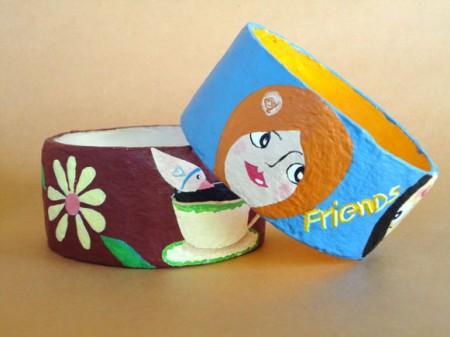 Pulseiras em formato braceletes feitas de papel maché