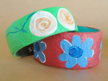 Pulseiras com motivos de flores feitas em papel maché