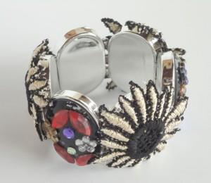 Bracelete customizado com aplicação de rendas e pedrarias