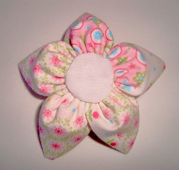 Cole o miolo branco na flor de fuxico estampado maior