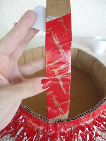 Continue revestindo também a alça com o papel colorido