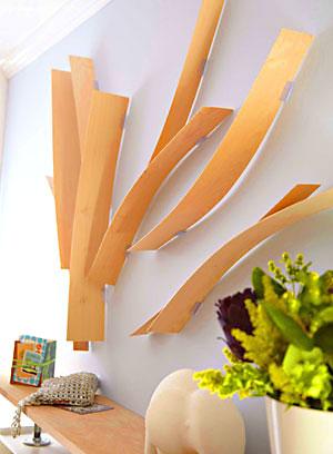 Laminados de madeira são presos na parede com grampos de metal