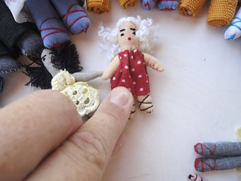 Fixe as mini bonecas conforme a sua programação