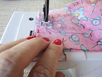 Costure com máquina sobre o desenho
