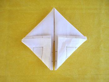 Dobre as duas abas de baixo até o centro e forme um quadrado