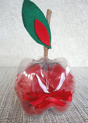 Embrulhe a sua surpresa num papel de seda e coloque no interior da maçã