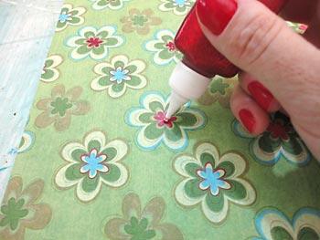 Realce alguns miolos de flor com tinta relevo glitter