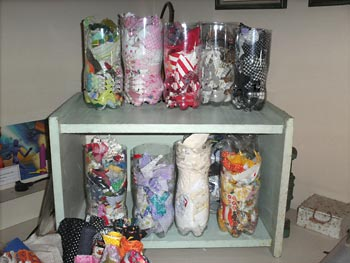 Porta-retalhos dentro de garrafas pet organizam o atelier